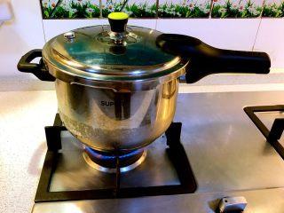 甜甜蜜蜜腊八粥,盖上锅盖,喷气后加盖气阀盖,转小火慢煮45分钟,关火。