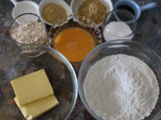 低脂健康红茶燕麦饼干,提前称好所有材料 黄油室温软化好 核桃仁切碎