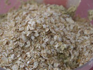 低脂健康红茶燕麦饼干,切拌至无干粉状,倒入混合好的燕麦和小麦胚芽还有核桃仁碎
