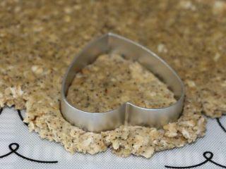 低脂健康红茶燕麦饼干,把面团擀成4mm厚的面片,用饼干模盖出饼干胚
