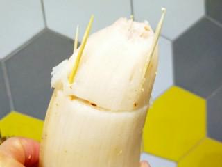健脾开胃糯米藕,用牙签把两节藕连在一起。