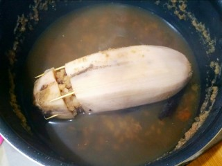 健脾开胃糯米藕,煮呀煮呀,终于煮到这个地步了。藕捞出,把肉桂渣拿出去。