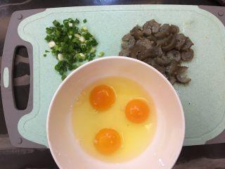 海参蒸蛋,将香葱、海参切好,鸡蛋打散