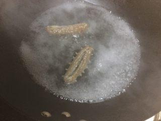 海参蒸蛋,即食海参先过开水,水开焯一下就可以,不要长时间炖煮,以免回缩