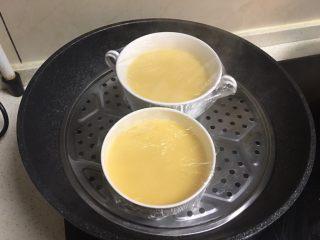 海参蒸蛋,锅开放蛋液开始蒸,看碗大小调整,一般,8-10分钟左右差不多,不确定可以用牙签扎进蛋液看是否都凝固上了