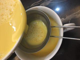海参蒸蛋,打好的蛋液过筛,蒸出来的蛋羹爽滑细腻