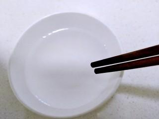 清蒸皮皮虾,倒上水用筷子搅拌。