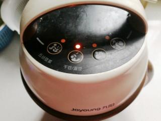 香浓奶香玉米汁,然后启动豆浆机豆浆功能键;