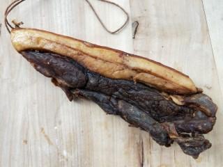 鲜香辣杏鲍菇炒腊肉,妈妈晒制的腊肉,切取适量。