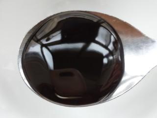 鲜香辣杏鲍菇炒腊肉,提前准备一碗汁,用一个小碗先加一勺蚝油。