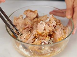 四喜丸子,用筷子顺时针一个方向搅拌至肉糜上劲儿