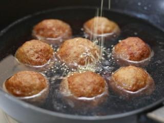 四喜丸子,再调入汤汁调料中的老抽、生抽、鸡精和糖,盖上锅盖大火煮开后转中小火炖煮