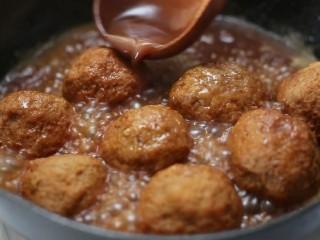 四喜丸子,待锅中汤汁减少时将丸子捞出放入盘中