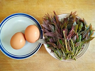 香椿芽炒蛋,准备食材。