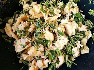 香椿芽炒蛋,加适量盐,和鸡蛋一起翻炒均匀即可。