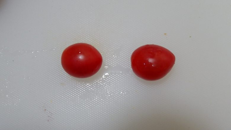 小熊排包三明治,<a style='color:red;display:inline-block;' href='/shicai/ 89994'>小番茄</a>两个