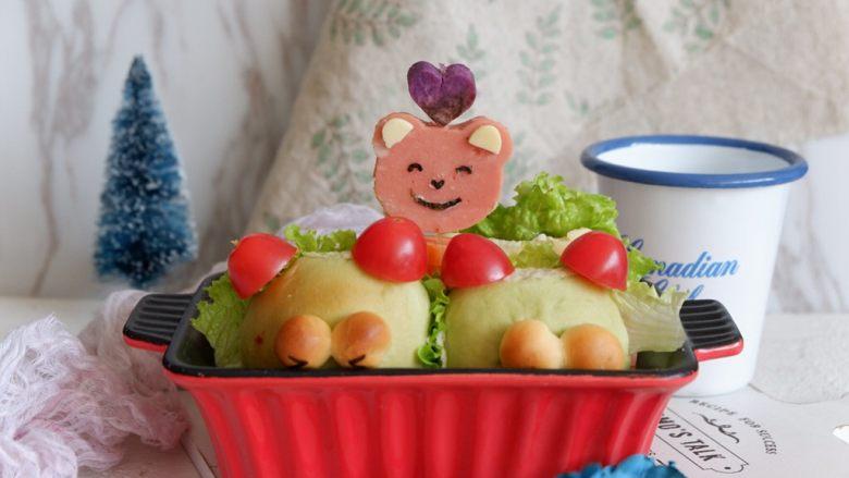 小熊排包三明治,将小熊穿过去。我又用紫薯压了一颗爱心。ok完成啦~ 这个装饰你们随便,像怎么弄都可以。不装饰也可以啦。