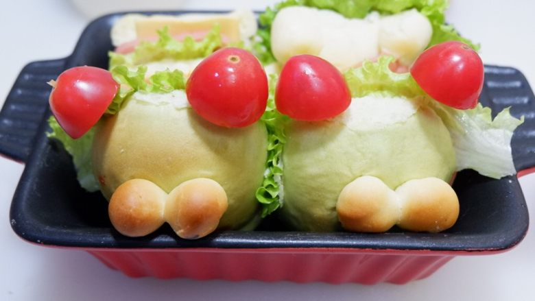 小熊排包三明治,截断成合适的大小。插在前面两个面包的顶部。