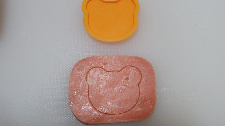小熊排包三明治,压出形状。就用你手头有的模具就可以啦,不用非要压小熊。爱心啦,花朵啦都是可以的。