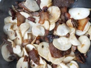 鲜香辣杏鲍菇炒腊肉,杏鲍菇出水变软后 ~【如图】示。