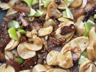 鲜香辣杏鲍菇炒腊肉,看见汁收差不多时,放青椒,看见断生即可盛盘。