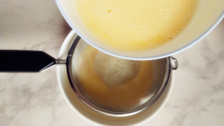 #宝宝辅食#奶酪馒头蒸蛋,取另一个容器,倒入三分之一的蛋液,用筛子过滤下