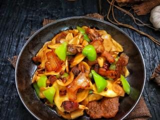 鲜香辣杏鲍菇炒腊肉,盛盘。