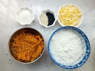 红薯芝麻饼干棒,准备食材:低筋面粉,黄油,红薯泥,白糖,黑白芝麻.,还有一个鸡蛋。