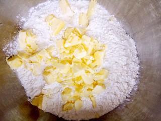 红薯芝麻饼干棒,软化的黄油加入低筋面粉中