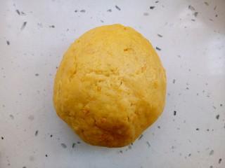 红薯芝麻饼干棒,揉成光滑面团,放置30分钟