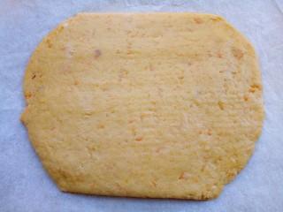 红薯芝麻饼干棒,擀成0.5cm左右的薄片