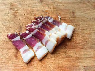 舌尖上的美味-腌笃鲜,腌肉切成薄片