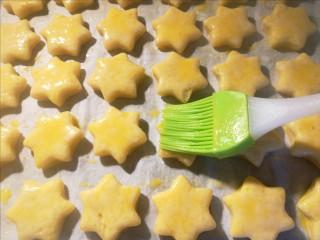 奶酪司康,用硅胶刷将蛋液均匀刷在司康表面,这是为了给司康上色。