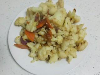 菜花炒肉,盛入盘中。