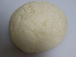 豆沙辫子面包,发酵好的面团取出按压排气,边缘的大气泡拍掉。