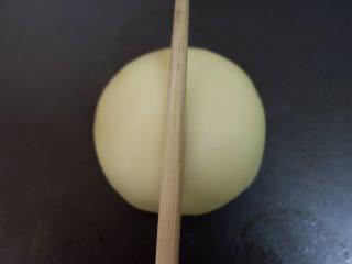 屁屁豆沙包,用筷子在中心处压下去