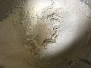 营养南瓜吐司,除黄油外所有材料混合揉出粗膜