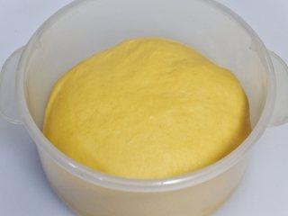 营养南瓜吐司, 发酵好的面团,手指粘干粉轻戳,不塌陷不回弹