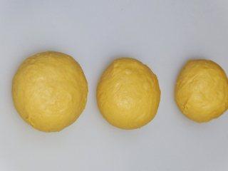 营养南瓜吐司,平均分成3份,170克左右一个,盖上保鲜膜松弛15分钟
