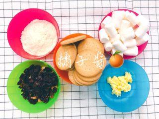 网红奥利奥雪花酥(台湾),备好材料,图中的饼干是原味雪花酥用的饼干,奥利奥雪花酥就把饼干换成奥利奥就行了。