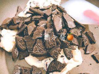 网红奥利奥雪花酥(台湾),加入掰碎的奥利奥,奥利奥不要太碎。