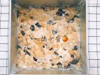 网红奥利奥雪花酥(台湾),这个是原味整形的图,奥利奥的忘记拍,我用的方形蛋糕模整形,你们有什么就用什么,随意一点,整形前记得放一层保鲜膜防粘。
