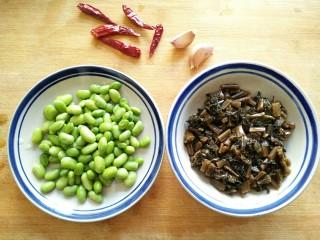 雪菜毛豆,准备食材。毛豆去外壳,腌制的雪菜切小段。
