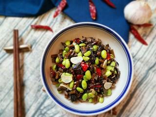 雪菜毛豆,大火翻炒均匀出锅即可。