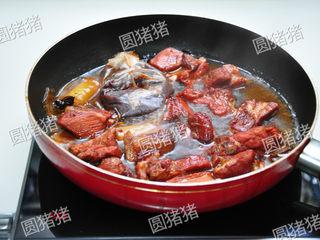 山楂烧排骨,40分钟后,用筷子夹出里面的香料包及大葱,八角,加入盐。