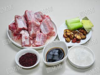 山楂烧排骨,排骨斩成6CM长段,大葱切段,生姜切片。