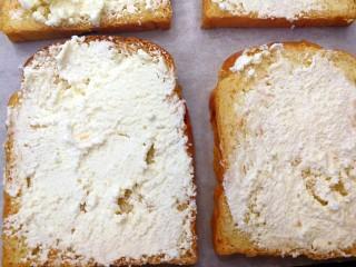 快手早餐~牛油果土司披萨,把软化的奶油奶酪涂抹在土司片上