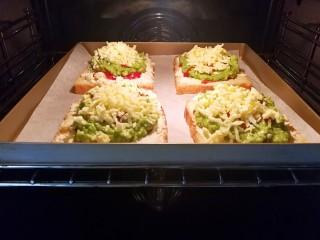快手早餐~牛油果土司披萨,放进提前预热好的烤箱里面,180度中层,上下火18分钟左右,这时候你可以做其他的事情去😊