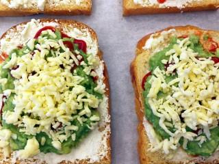 快手早餐~牛油果土司披萨,撒上厚厚的芝士碎