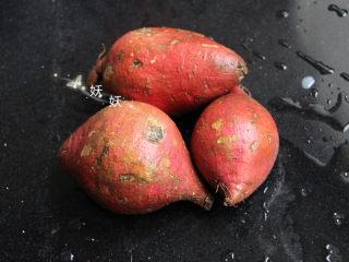 红薯饼干,新鲜的红薯洗干净,这是亲爱的粉丝送的红薯,长的可能没有外面的大红薯那么漂亮,可是特别好吃,甜糯的很。